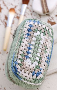 Crochet Makeup Bag Loving the vintage vibe of this one.  Free pattern via Red Heart.