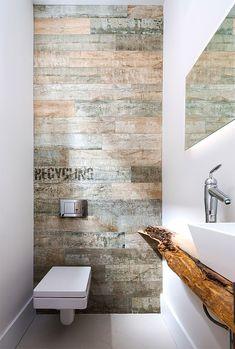 Дизайн интерьера туалета: 85 больших идей для маленького помещения (фото) http://happymodern.ru/interer-tualeta-75-foto-idej/ Небольшой, но стильный туалет с отделкой стен ламинатом