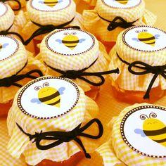 Lembrancinha de Chá de Panela Mel em potinho cestavado, decorado com tema de abelha.  OUT2013