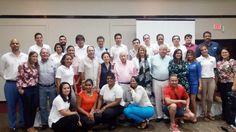 Grupo de agentes y representantes de empresas expositoras.