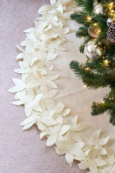 xmas tree skirt - I would probably sew it cause it looks pretty sloppy in the up-close shots