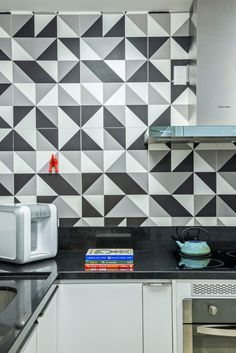 6 eliane revestimentos azulejo geometrico preto e branco Interior Walls, Interior Design Kitchen, Interior And Exterior, Kitchen Decor, Ceramic Tile Bathrooms, Adobe House, Minimal Kitchen, Minimal Decor, Industrial House