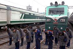 위대한 령도자 김정일동지를 추모하여 전체 당원들과 인민군장병들, 인민들 일제히 묵상