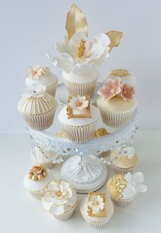 queenbee1924:  White & Gold Cupcakes | Cupcakes ❤ | Pinterest)
