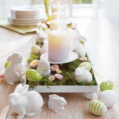 kreative Idee für Moos als Beet für kleine Porzellan Figuren von Hasen und Kerzen