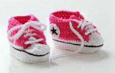 Knitted Converse shoes for a newborn http://minajamorris.blogspot.fi/2014/02/virkatut-miniconverset.html