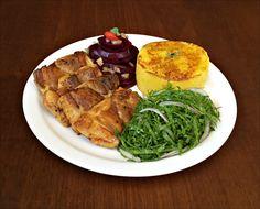 Purê de Mandioquinha, Sobrecoxa de Frango Grelhada, Couve Manteiga e Salada de Beterraba.