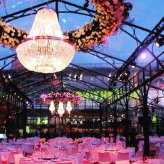 Arreglos Florales Colgantes y lamparas de cristal #iluminacionparabodas #decobodas #decowedding #decoracionbodas #decoraciondebodas #bodasbonitas #bodas #carpas #decoracaodecasamento #bodas #arreglosfloralescolgantes