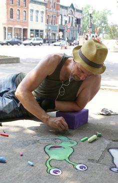 Chalk artist David Zinn at work. (2011) http://restreet.altervista.org/le-divertenti-creature-di-david-zinn/ #streetart jd