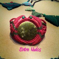 pulsera de piedra semipreciosa.  rosa y verde  busca más en  https://www.facebook.com/MacrameEntrenudos