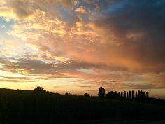 """Fantastico atardecer...❤️  """"Quando guardo un tramonto e mi emoziono, non mi domando a che velocità gira la terra o a che distanza è il sole o quanto sono grandi. Amo quel momento. Punto. Non c'è da capire, c'è d'amare"""" Fabio Volo"""