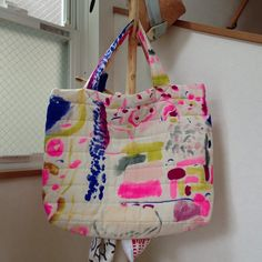 Quilted and hand painted fabric tote bag in a painterly abstract pattern. Patch Bordado, Hand Painted Fabric, Fabric Tote Bags, Simple Bags, Textiles, New Bag, How To Dye Fabric, Handmade Bags, Tote Handbags