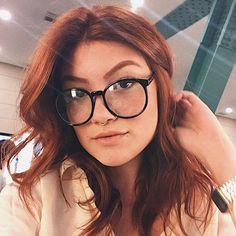 vocês também mudam de personalidade junto com o cabelo ou look?????? New Glasses, Girls With Glasses, Eyewear Trends, Redhead Girl, Womens Glasses, Aesthetic Girl, Redheads, Red Hair, Beauty Women