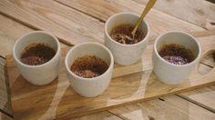 Chocolade en zout zijn een fantastische combinatie. Jeroengebruikt ze allebei in een speciale crème brûlée die – al zegt hijhet zelf – een beetje naar het paradijs smaakt. Desert Recipes, Flan, Mousse, Panna Cotta, Deserts, Good Food, Food And Drink, Sweets, Tableware