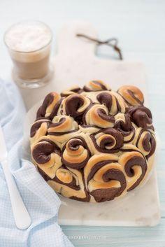 La torta di rose è un pan brioche formata da tanti boccioli soffici e profumati, perfetta per una colazione in cui la morbidezza incontra la bellezza. La versione che vi propongo oggi è una rivisitazione della classica torta di rose mantovana, invecedel burro si usa l'olio, e nasce un pan brioche