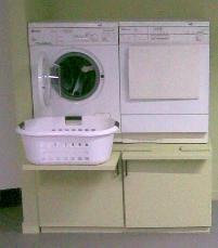 Wasmachine op hoogte ... niet zo'n mooie uitvoering, maar wel een goed idee