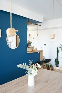 J'ai adopté la tendance du bleu en déco chez moi Home Living Room, Living Room Decor, Living Room Turquoise, Home Salon, Blue Walls, Home Decor Inspiration, Colorful Interiors, Sweet Home, Jai