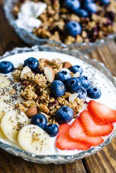 Blåbär- och bananmuffins granola med grekisk yoghurt
