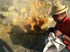 Reisesouvenir No.14 Nach dem Feuerzauber holt mir Guglielmo einen glitzernden Stein aus der Bocca Grande, der Hauptfumarole der Solfatara. Foto © Welz