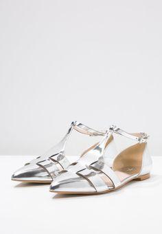 Ein eleganter Akzent ist dir mit diesen Ballerinas garantiert. Zign Riemchenballerina - silver für 69,95 € (12.03.16) versandkostenfrei bei Zalando bestellen.