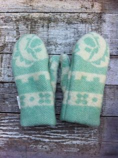 wool mittens recycled old blankets by Wintervacht