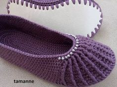 Discover thousands of images about Tutorial – Beautiful Slippers & Pretty Booties - Design Peak Crochet Boots, Crochet Clothes, Crochet Baby, Knitting Patterns, Crochet Slipper Pattern, Knitted Slippers, Crochet Videos, Learn To Crochet, Booties Crochet