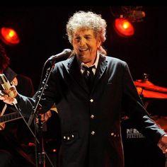 """Ufa! Até que enfim! A Academia Sueca responsável pelo Nobel confirmou por meio de suas redes sociais que Bob Dylan quebrou o silêncio depois de mantê-lo desde o dia 13 de outubro. """"Se eu aceito o prêmio? Claro!"""" foi a frase de Dylan que fez os suecos soltarem fogos. """"A notícia do Nobel me deixou sem palavras"""" disse o músico por telefone à secretária permanente da Academia Sara Danius. """"Agradeço muito esta honra"""". #agentenaoquersocomida #avidaquer @avidaquer por @samegui (com informações do…"""