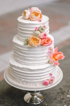 Fresh flower wedding cake | Anais Stoelen Photography | see more on: http://burnettsboards.com/2014/07/romantic-wedding-editorial-tuscan-villa/