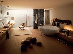salle de bains zen, baignoire îlot, tapis blanc et meuble sous vasque en bois