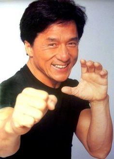 A Jackie Chan le gusta practicar deportes marciales.