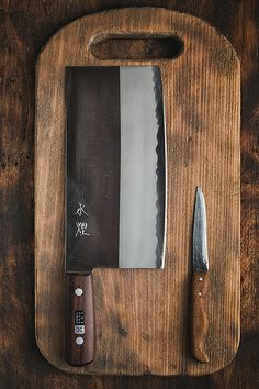 This cleaver from Japan is awesome! Blacksmithing Knives, Blacksmith Forge, Japanese Kitchen, Custom Knives, Chef Knife, Knives And Swords, Damascus Steel, Knife Making, Cool Tools