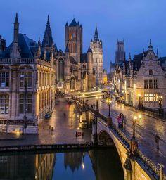 Zicht op de 3 torens (Sint-Niklaaskerk, Belfort en Sint-Baafskathedraal) vanaf de Sint-Michielsbrug in Gent (Oost-Vlaanderen, België)