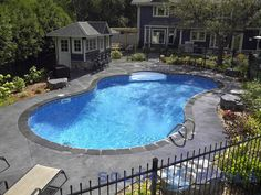 I like how they did the decking of this pool.