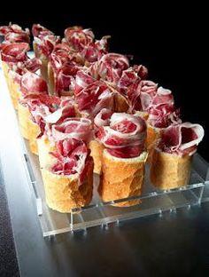 Tapas with Spanish Ham! Good Food, Yummy Food, Snacks, Appetisers, Food Presentation, Finger Foods, Appetizer Recipes, Greek Appetizers, Appetizer Ideas