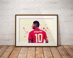Pogba & Lingard Dab Celebration Manchester United Poster | Etsy Manchester United Poster, Jesse Lingard, Green Backgrounds, Celebration, The Unit, Illustration, Prints, Etsy, Illustrations
