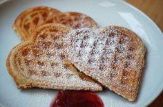 Skønne sprøde vafler. Denne opskrift på vaffeldej giver sprøde vafler som smager virkelig skønt. Smager godt med is, flormelis eller syltetøj