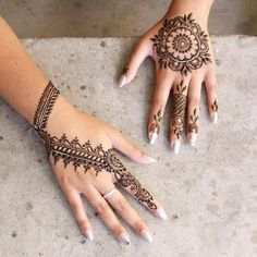 Check beautiful & easy mehndi designs 2020 ideas for mehandi ceremony. Save these latest bridal mehandi designs photos to try on your hands in this wedding season. Henna Hand Designs, Mehandi Designs, Best Arabic Mehndi Designs, Round Mehndi Design, Mehndi Designs Finger, Henna Tattoo Designs Simple, Basic Mehndi Designs, Mehndi Designs For Beginners, Mehndi Designs For Girls