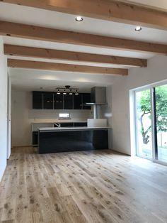 オークの床材に、ダイニングの梁見せ天井、ブラックに統一されたキッチンがカッコイイです!! Solid Wood, I Shop, Ceiling, Flooring, Interior Design, Outdoor Decor, Kitchen, House, Home Decor