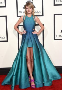 Taylor Swift in a leg-baring turquoise ombré Elie Saab Spring 2015 dress with fuschia Guiseppe Zanotti heels and Lorraine Schwartz jewels on the Grammys 2015 Red Carpet. Vestidos Elie Saab, Taylor Swift Moda, Style Taylor Swift, Taylor Swift Fashion, Vestidos Ralph Lauren, Taylor Swift Vestidos, Taylor Swift Dresses, Vestido Michael Kors, Robes Elie Saab