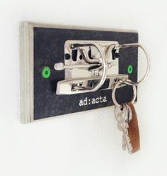 Dieses Schlüsselbrett der etwas anderen Sorte, verfügt über eine klassische Ringmechanik auf geleimter Ordnerpappe und hält Schlüssel aller Art da, wo Sie sie auch finden.  Lieferung inkl. grüner...