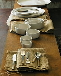 Rustic Table Setting, great wooden table and burlap features. White Plates, Deco Table, Rustic Table, Dinner Table, Kitchen Interior, Modern Rustic, Tablescapes, Dinnerware, Burlap Lace