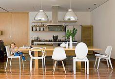 MINHA FAVORITA!!!!!   A sala de jantar colorida tem quadro do fotógrafo Valentino Fialdini, cadeira Mademoiselle, mesa Saarinen e até a imagem de uma santa. Casa do paisagista Gil Fialho e de sua esposa