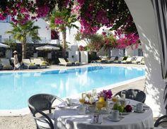 #Kastelli #Resort din #Santorini se gaseste intr-o locatie retrasa, inconjurat de vegetatie si piscine.