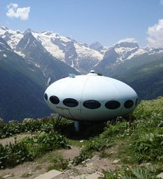 Futuro aka Flying Saucer or UFO House, designed in 1968 by architect Matti Suuronen from Finland Prefabricated Houses, Prefab Homes, Unique Architecture, Interior Architecture, Mobile Architecture, Glamping, Unusual Buildings, Small Buildings, Amazing Buildings
