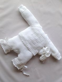 Layette (sweater, pants, booties). ~~ Mis puntadas by Chelo Vicente