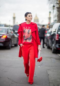 Burgunder und rote Farbe Street Style Paris Fashion Week fall 2017 is finally here, and we have all the best street style moments for you. All Red Outfits Best Street Style, Street Style Outfits, Looks Street Style, Autumn Street Style, Cool Street Fashion, Mode Outfits, Fall Outfits, Daily Fashion, Red Fashion