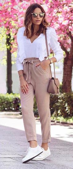 white and nude palettes: blouse + bag + pants + sneakers Stylish Summer Outfits, Business Casual Outfits, Edgy Outfits, Office Outfits, Fashion Pants, Fashion Outfits, Look Star, Look Office, White Ruffle Blouse