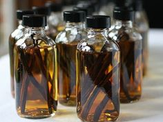 Die kluge Hausfrau: Vanilleextrakt selber machen The smart housewife: make vanilla extract yourself Make Your Own, Make It Yourself, How To Make, Vodka, Vanille Paste, Homemade Vanilla Extract, Lemon Extract, Liqueur, Italian Dishes