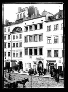 Warsaw Old Town Market Square - Baryczko tenement house Beautiful Buildings, Capital City, Vintage Travel, Historical Photos, Old Town, Romania, Old Photos, The Past, Street View