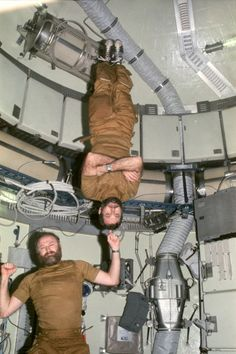 """Carr """"sostiene"""" a Pogue dentro del Skylab (NASA)."""